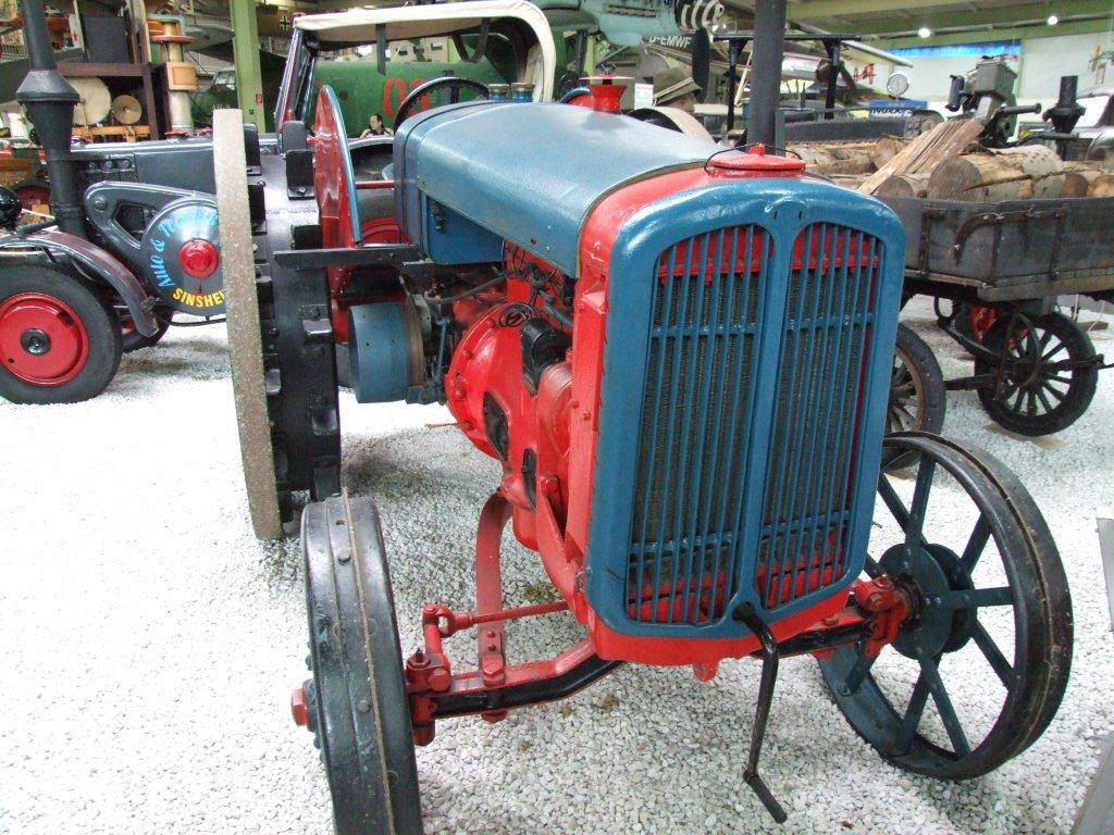 Traktor mit Stahlrädern 2