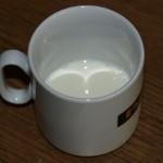 Mischbehälter mit 6 Esslöffel Milch
